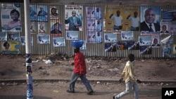 刚果民主共和国首都金沙萨的街道上贴满了选举广告