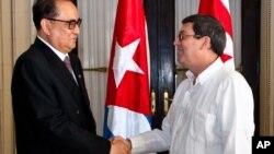쿠바를 방문 중인 리수용 북한 외무상(왼쪽)이 16일 수도 아바나에서 브루노 로드리게스 쿠바 외무장관과 만났다.