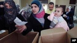 Người tị nạn Syria nhận viện trợ nhân đạo từ một tổ chức Hồi giáo ở Tripoli, miền bắc Libăng, ngày 6/3/2012