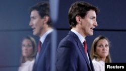 """Thủ tướng Canada Justin Trudeau (trái) cùng Bộ trưởng thương mại Chrystia Freeland tại một cuộc họp báo ở Ottawa, Canada, hôm 31/5. Thủ tướng Trudeau công bố trả đũa """"từng đồng đô la"""" đối với việc áp thuế mới được Mỹ công bố lên các sản phẩm nhập khẩu từ Canada."""
