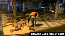 Một người tình nguyện phát khẩu trang cho một người vô gia cư ở Sài Gòn, ngày 31 tháng 3, 2020.