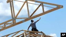 Trabajadores construyen un complejo comercial, en Springfield, Illinois. Foto de archivo del jueves 17 de julio de 2014.