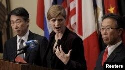 Dubes AS di PBB Samantha Power (tengah) berbicara kepada media mengenai sanksi terbaru Korea Utara, didampingi Dubes Jepang Motohide Yoshikawa (kanan) dan Dubes Korsel, Oh Joon di markas PBB di New York, Rabu (2/3).