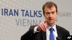 마이클 만 유럽연합 외교안보고위대표 대변인이 18일 오스트리아 빈에서 이란과의 핵 협상에 관해 설명하고 있다.