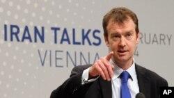 یورپی یونین کے ترجمان مائیکل مین مذاکرات کے بعد صحافیوں سے گفتگو کر رہے ہیں