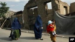 阿富汗首都喀布爾街頭的婦女兒童(2021年8月22日)