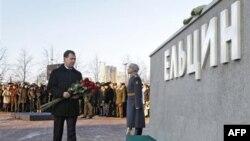 Дмитрий Медведев у памятника Борису Ельцину в Екатеринбурге.