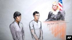 Ilustración de la presentación ante una juez de los acusados Dias Kadyrbayev, izquierda, y Azamat Tazhayakov.