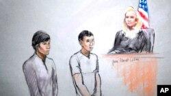 Sketsa jalannya persidangan yang dilukis oleh seniman Jane Flavell Collins ini menggambarkan sosok Dias Kadyrbayev (kiri) dan Azamat Tazhayakov saat disidang di pengadilan federal Moakley, Boston (1/5). Dua teman kuliah Dzhokhar Tsarnaev ini, bersama seorang warga AS Robel Phillipos ditangkap pihak berwajib atas tuduhan menghalangi penyelidikan pemboman maut Marathon Boston. (AP Photo/Jane Flavell Collins)