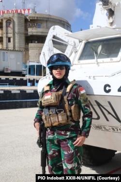 Serda Yazella Agustin, Bintara Civil Military Cooperation (CIMIC) yang bertugas melakukan berbagai kegiatan pembinaan masyarakat di Lebanon selatan. (Foto: PIO Indobatt XXIII-N/UNIFIL)