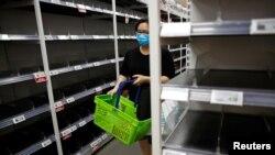 Kệ bày bán hàng trống trơn trong một siêu thị ở Singapore.