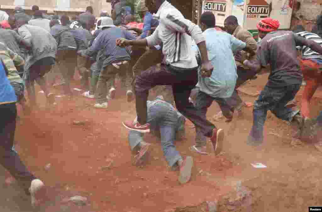 Des manifestants en débandade à Kibera, Nairobi, Kenya, 12 août 2017.