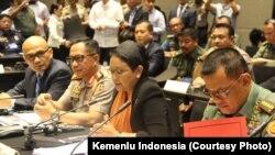 Suasana pertemuan trilateral pejabat2 tinggi dari Indonesia, Filipina dan Malaysia di Manila, Kamis (22/6) (Courtesy: Kemlu RI)