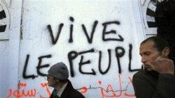 شعار «زنده باد مردم» توسط معترضان تونسی بر روی دیواری نوشته شده است. آنان خواستار عدم حضور مسوولان دولت سرنگون شده زین العابدین بن علی در دولت آینده کشورشان هستند - ۲۳ ژانویه ۲۰۱۱