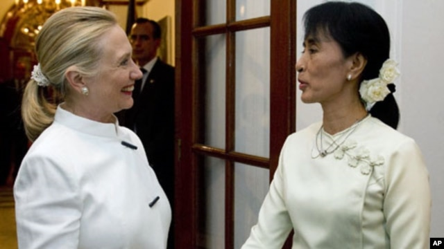 US Secretary of State Hillary Clinton and Burma pro-democracy leader Aung San Suu Kyi shake hands before dinner at the US Chief of Mission Residence in Rangoon, Burma, December 1, 2011.