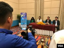 AIBD president Fayyaz Shehryar and Meas Sophorn, spokesman for Cambodia's Ministry of Information, at a press conference at the end of the 16th Asia Media Summit in Siem Reap, Cambodia. (Sophat Soeung/VOA Khmer)