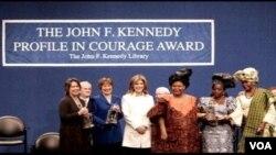 Pri Nobèl Lapè ane 2011 la al jwenn: Prezidant Ellen Johnson Sirleaf, Madam Leyman Gbowee, ak defansè Tawakul Karman
