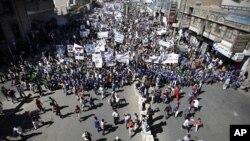 Waandamanaji wa Yemen wakiwa katika maandamano ya kupinga sheria mpya