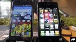 Ponsel pintar produksi Samsung, Galaxy S (kiri) dan iPhone 4 produksi Apple di sebuah gerai elektronik (foto: dok). Apple menuduh Samsung menjiplak produk smartphone mereka.