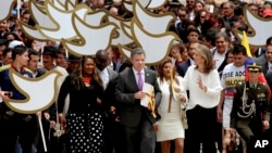 哥倫比亞總統桑托斯在波哥大帶著和平協定文本前往議會大廳。 2016年8月25日。