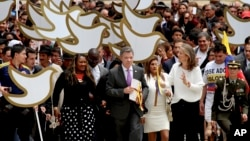 Colombia's President Juan Manuel Santos carries to Congress the peace deal with rebels of the Revolutionary Armed Forces of Colombia, FARC, in Bogota, Aug. 25, 2016.