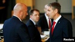 AfD lideri Björn Höcke, FDP'nin adayı Thomas Kemmerich'in eyalet başbakanlığına seçilmesini tebrik ederken.