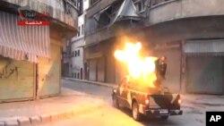 Hình ảnh từ một đoạn video của Mạng lưới tin tức Shaam cho thấy các thành viên của Đạo Binh Syria Tự do đang nhắm mục tiêu là các lực lượng chính phủ ở Aleppo, Syria, 22/7/2013