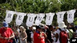 美国德克萨斯州示威者要求让非法移民儿童与被收押的父母团聚