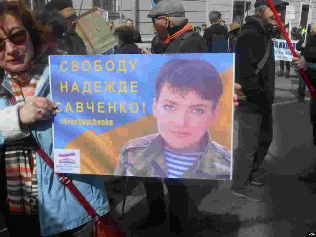 Взятую в заложники летчицу Надежду Савченко в Санкт-Петербурге поддерживали на русском…