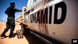 Un véhicule de la Minuad (Mission conjointe des Nations unies et de l'Union africaine au Darfour) après une attaque sanglante lancée par des hommes armés non-identifiés, le 15 octobre 2013. (AP Photo/Albert Gonzalez Farran, UNAMID)