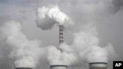 图为山西大同一处火力发电厂的冷却塔