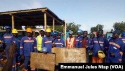 Les ouvriers grévistes de l'un des chantiers de la Can à Garoua, Cameroun, 6 juillet 2018. (VOA/Emmanuel Jules Ntap)