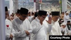 Capres dan Cawapres nomor urut dua, Prabowo Subianto dan Sandiaga Uno ketika shalat subuh berjamaah bersama para pendukungnya di Stadium GBK, Senayan, Jakarta, Minggu pagi (7/4) (Prabowo-Sandi Media Center).