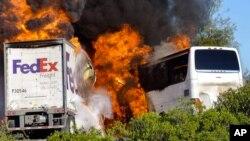 Xe buýt chở khách và xe tải Fedex bốc cháy sau khi tông vào nhau gần Orland, cách thành phố San Francisco khoảng 250 km về hướng Bắc.