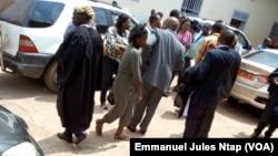 Avocats dans la cour du tribunal militaire lors de l'audience spéciale de deux leaders de la contestation anglophone, à Yaoundé, Cameroun, 7 juin 2017.