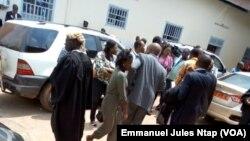 Les avocats et l'assistance dans la cour du tribunal militaire lors de l'audience de leaders de la contestation anglophone, à Yaoundé, Cameroun, 7 juin 2017.