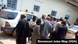 Les avocats et l'assistance dans la cour du tribunal militaire lors de l'audience criminelle spéciale de deux leaders de la contestation anglophone, à Yaoundé, Cameroun, 7 juin 2017.