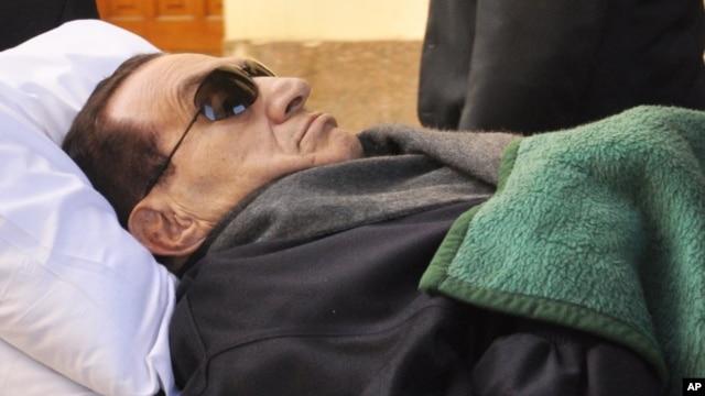 Former Egyptian president Hosni Mubarak is wheeled into a court house in Cairo, Egypt, January 9, 2012.