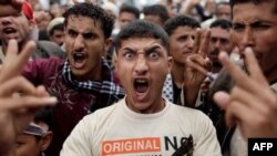Người biểu tình phong tỏa một con đường nhằm thực hiện cuộc tổng đình công trong khuôn khổ các cuộc biểu tình chống Tổng thống Saleh