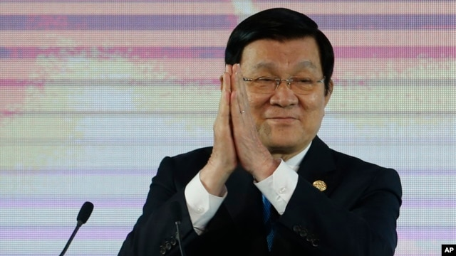 Vietnam's President Truong Tan Sang applauds during the Asia-Pacific Economic Cooperation (APEC) CEO summit in Manila, Philippines, Nov. 17, 2015. Presidents of the Philippines and Vietnam are showing a more united front on the disputed South China Sea issue on the sidelines of the summit.