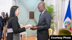 Anbasadè ameriken an ann Ayiti, Michele Sison (agoch) kap prezante lèt kreyans li bay Prezidan ayisyen an, Jovenel Moise (adwat)