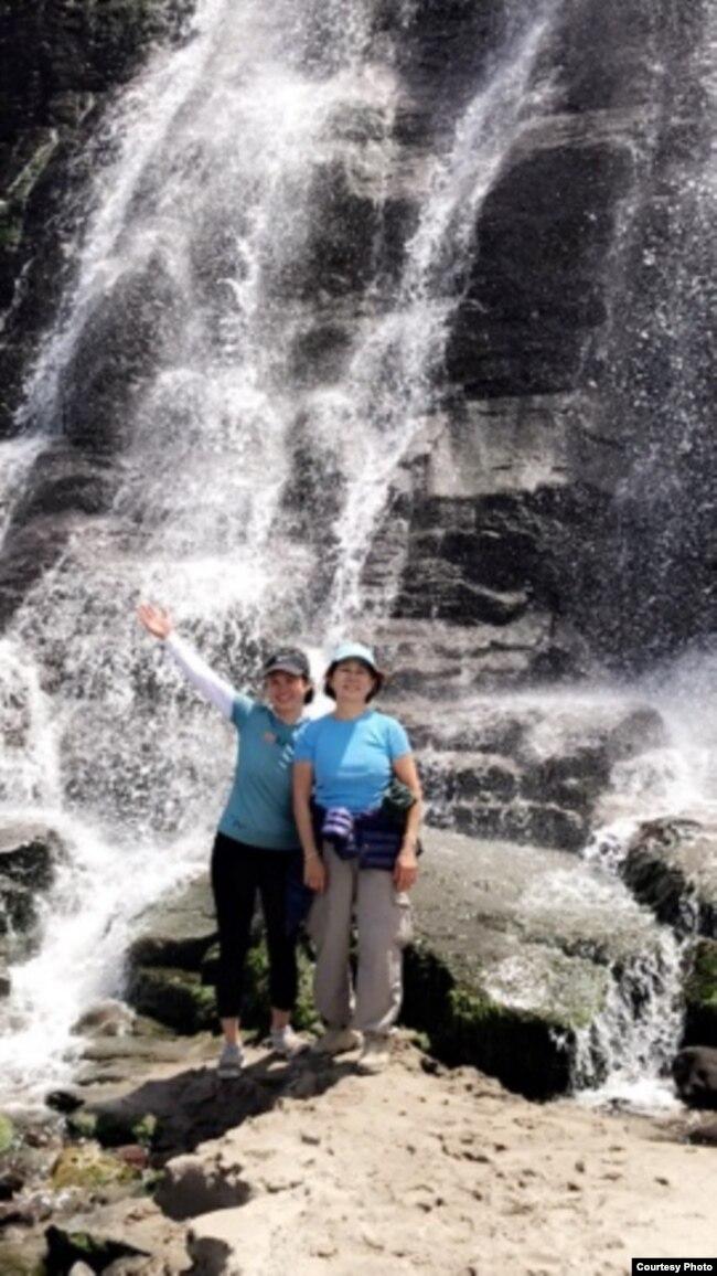 Bà Hana Bùi (phải) và Michelle Võ trong một chuyến đi hiking (Ảnh gia đình)