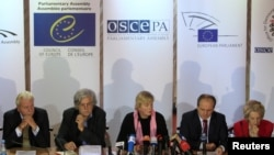 Članovi parlamentarne skupštine OEBSa tokom konferencije za medije, danas, u Kijevu