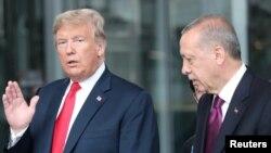 Le président américain Donald Trump s'entretient avec le président turc Recep Tayyip Erdogan au siège de l'OTAN à Bruxelles, Belgique, 11 juillet 2018