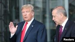 ប្រធានាធិបតីសហរដ្ឋអាមេរិក ដូណាល់ ត្រាំ (ឆ្វេង) និងប្រធានាធិបតីតួកគី Recep Tayyip Erdogan នៅស្នាក់ការកណ្ដាលរបស់អង្គការអូតង់ ក្នុងទីក្រុងប្រ៊ុចសែល ប្រទេសប៊ែលសហ្ស៊ិក កាលពីខែកក្កដា ២០១៨