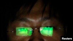 Un hacker chino que pidio no se revelara su nombre trabaja desde su computadora.