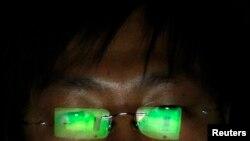 ນັກເຈາະຂໍ້ມູນ ຫຼື hacker ຄົນໜຶ່ງຜູ້ທີ່ບໍ່ຢາກເປີດເຜີຍຊື່ຂອງລາວ ກຳລັງປະຕິບັດການ ໂດຍໃຊ້ຄອມພິວເຕີ laptop ຂອງລາວ ຢູ່ທີ່ຫ້ອງການແຫ່ງໜຶ່ງໃນ Taipei.