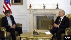 Presednik Kosova Fatmir Sejdiu razgovara sa zamenikom drzavnog sekretara SAD Dzejmsom Stajnbergom tokom sastanka u Pristini.