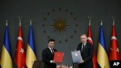 Presiden Turki Recep Tayyip Erdogan, kanan, dan Presiden Ukraina Volodymyr Zelenskiy berpose untuk foto setelah mereka menandatangani perjanjian, di Istanbul, 16 Oktober 2020. (Foto: AP)
