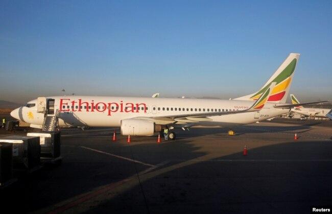 ARSIP – Para pekerja sedang melakukan perawatan pada pesawat Boeing 737-800 Ethiopian Airlines di Bandara Internasional Bole di ibukota Ethiopia, Adis Ababa, 26 Januari 2017